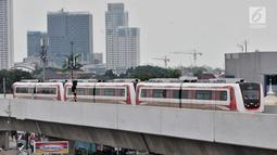 Rangkaian kereta ringan atau LRT rute Kelapa Gading-Velodrome melakukan uji coba, Jakarta, Senin (25/2). Pengoperasian LRT fase 1 rute Kelapa Gading-Velodrome molor dari jadwal yang direncanakan pada 25 atau 28 Februari 2019. (Merdeka.com/Iqbal S Nugroho)