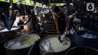 Pekerja beraktivitas di salah satu sentra produksi tahu di Jakarta, Selasa (25/5/2021). Perajin tahu dan tempe memilih untuk menjaga stabilitas pasar dengan mengurangi produksi hingga 30 persen guna menekan biaya produksi, seiring dengan berlanjutnya kenaikan harga kedelai (Liputan6.com/Johan Tallo)