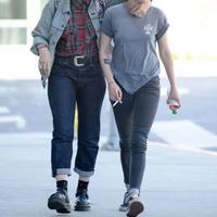 Kristen Stewart dan Soko (via radaronline.com)