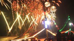 Pengunjung menyaksikan pesta kembang api saat malam Tahun Baru 2019 di Pantai Lagoon, Ancol, Jakarta, Selasa (1/1). Ancol menyajikan pesta kembang api musikal sepanjang 600 meter di bibir pantai dalam menyambut Tahun Baru 2019. (Merdeka.com/Iqbal Nugoho)