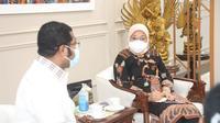 Menaker Ida saat menerima kunjungan Bupati Biak Numfor, Herry Ario Naap, di Kantor Kemnaker, Jakarta.