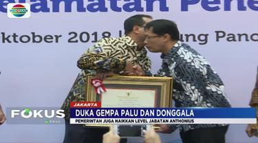 Kedua orangtua almahrum Athonius Agung hadir menerima penghargaan Adikarya Dirgantara Pralabda dari Menteri Perhubungan Budi Karya Sumadi dan Airnav Indonesia.