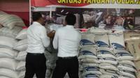 Reserse Kriminal Khusus memeriksa beras yang disimpan di gudang beras milik S di Cilacap. (foto: Liputan6.com/edhie prayitno ige)