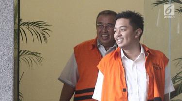 Ekspresi cagub Sulawesi Tenggara Asrun (kiri) dan Wali Kota nonaktif Kendari Adriatma Dwi Putra usai menjalani pemeriksaan di Gedung KPK, Jakarta, Jumat (25/5). Ayah dan anak ini diperiksa sebagai tersangka dugaan suap. (Liputan6.com/Herman Zakharia)