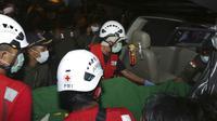 Tim penyelamat membawa jenazah korban tenggelamnya kapal penumpang KMP Yunicee dengan tandu ke dalam mobil di Banyuwangi, Jawa Timur, Rabu (30/6/2021). KMP Yunicee membawa 57 orang di antaranya 13 kru, 3 petugas kantin, dan 41 penumpang. (AP Photo)