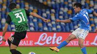 Striker Napoli, Hirving Lozano, melepaskan tembakan dalam lanjutan Liga Italia Serie A menghadapi Sassuolo di Stadion San Paolo, Napoli, Minggu (1/11/2020). Napoli takluk 0-2 dari Sassuolo. (AFP/Tiziana Fabi)