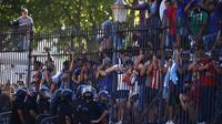 Diego Maradona meninggal. Para fans datang ke Casa Rosada untuk mengucapkan selamat tinggal. Dok: AP Photo/Marcos Brindicci