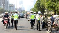 Polda Metro Jaya mengadakan Operasi Patuh Jaya 2015 di sepanjang Jalan Jendral Sudirman, Jakarta, Sabtu (30/5). Polisi menggelar razia patuh jaya untuk menertibkan para pengendara yang melanggar lalu lintas, mulai 27 Mei-9 Juni (Liputan6.com/Yoppy Renato)