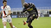 Romelu Lukaku melepas tembakan jitu saat mencetak gol cepat untuk Inter Milan ke gawang Genoa (AP)