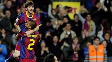 Striker bintang Barcelona Lionel Messi merayakan gol dengan Daniel Alves saat mengalahkan Osasuna 2-0 dalam  lanjutan La Liga di Nou Camp, 23 April 2011.AFP PHOTO/JOSEP LAGO