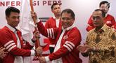 Menkominfo Rudiantara disaksikan Menteri Perhubungan Budi Karya Sumadi menyerahkan bendera kepada Ketua Umum AVGI Rob Clinton Kardinal pada pelantikan pengurus Asosiasi Olahraga Video Games Indonesia (AVGI) di Jakarta, Selasa (16/7/2019). (Liputan6.com/HO/Bon)