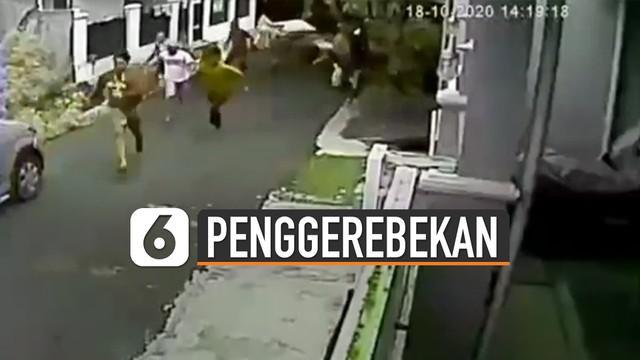 Beredar rekaman CCTV menunjukkan detik-detik penggerebekan sabung ayam. Kejadian ini terjadi di daerah Jakarta Timur.