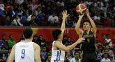 Pebasket Indonesia, Abraham Damar, melakukan shooting saat melawan Filipina pada semifinal SEA Games 2019 di Mall Of Asia Arena, Manila, Senin (9/12). Indonesia kalah 97-70 dari Filipina. (Bola.com/ M Iqbal Ichsan)