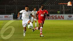 Pemain Indonesia Red, Bejo Sugiantoro berduel mempertahankan bola dengan Louis Saha dalam laga persahabatan para pemain lawas Manchester United (Liputan6.com/Helmi Fithriansyah)