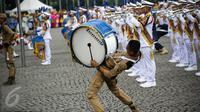 Aksi marching Band IPDN memeriahkan upacara peringatan HUT Korps Pegawai Republik Indonesia (Korpri) ke 45 di Silang Monas, Jakarta,  Selasa (29/11). Dalam upacara ini, peserta mengenakan seragam KORPRI hingga pakaian adat. (Liputan6.com/Faizal Fanani)
