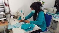 Proses produksi masker oleh para pengusaha UKM untuk memenuhi kebutuhan masyarakat ditengah pandemi covid-19. Foto (Liputan6.com / Panji Prayitno)