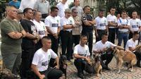 Mantan Kepala Badan Intelijen Negara (BIN), AM Hendropriyono, mendemonstrasikan puluhan anjing impor terlatih di kediamannya di bilangn Senayan