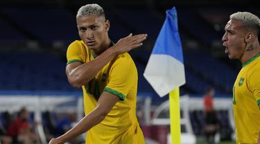 Brasil mengawali langkahnya untuk mempertahankan medali emas cabang sepak bola di Olimpiade Tokyo 2020 dengan hasil positif usai menang 4-2 atas Jerman. Striker Everton, Richarlison menjadi bintang dengan 3 golnya yang sempat membawa Brasil unggul 3-0. (Foto: AP/Kiichiro Sato)
