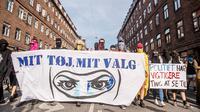 Demonstran melakukan protes larangan penggunaan cadar di Kopenhagen, Denmark, Rabu (1/8). Aksi tersebut mengecam kebijakan pemerintah Denmark yang memberlakukan larangan penggunaan cadar di tempat umum. (Mads Claus Rasmussen/Ritzau Scanpix via AP)
