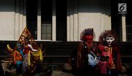 Pengunjung berfoto dengan manusia patung di kawasan Museum Fatahilah, Kota Tua, Jakarta, Selasa (20/11). Objek wisata sejarah Kota Tua menjadi salah satu tujuan warga Jakarta dan sekitarnya untuk mengisi libur Maulid Nabi 2018. (Liputan6.com/Johan Tallo)