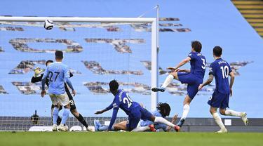 Bek Chelsea, Marcos Alonso saat mencetak gol ke gawang Manchester City pada pertandingan lanjutan Liga Inggris di Stadion Etihad di Manchester, Sabtu (8/5/2021). Chelsea menang atas Man City 2-1. (Laurence Griffiths/Pool via AP)