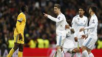 Bintang Real Madrid, Cristiano Ronaldo, beradu argumentasi dengan gelandang Juventus, Blaise Matuidi pada laga leg kedua perempat final Liga Champions di Santiago Bernabeu, Kamis (12/4/2018) dini hari WIB. (AP Photo/Francisco Seco)