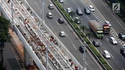 Pekerja menyelesaikan rel jalur layang mass rapid transit (MRT) yang melintasi tol Jakarta Outer Ring Road (JORR) TB Simatupang, Jakarta, Sabtu (21/4). Jalur MRT Lebak Bulus – Bundaran HI ini akan memiliki 13 stasiun. (Liputan6.com/Fery Pradolo)