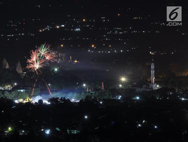 Kembang Api Warna-warni Meriahkan Tahun Baru di Candi Prambanan