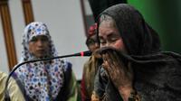 Devy Joice terharu usai membacakan dua kalimat syahadat disaksikan keluarganya di Masjid Lautze, Pasar Baru, Jakarta, Sabtu (11/6/2016). (Liputan6.com/ Yoppy Renato)