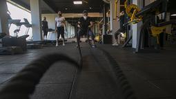 Seorang wanita India berolahraga di gym yang dibuka kembali setelah lockdown di Gauhati, India, Rabu, (5/8/2020). India memiliki jumlah virus coronavirus tertinggi ketiga di dunia setelah Amerika Serikat dan Brasil. (AP Photo/Anupam Nath)
