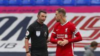 Kapten Liverpool, Jordan Henderson, mempertanyakan keputusan VAR yang menganulir golnya ke gawang Everton dalam lanjutan Liga Inggris 2020/2021. (Peter Byrne/Pool via AP)