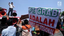 Ratusan sopir GrabCar saat melakukan aksi demo, Jakarta Utara, Selasa (4/7). Mereka mununtut pihak Grab untuk mencairkan bonus Lebaran 2017 yang dijanjikan pihak perusahaan jika tetap bekerja selama libur Lebaran. (Liputan6.com/Gempur M Surya)