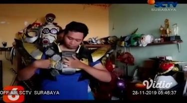 Berawal dari hobi, seorang pria di Jombang, Jawa Timur berhasil ciptakan kostum superhero dari bahan karet busa bernilai ekonomis tinggi. Bahkan kini ia kebanjiran order pembuatan kostum superhero, dari penggemar lokal hingga pecinta superhero manca ...