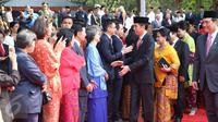 Presiden Jokowi menyalami putra-putra anak pahlawan revolusi yang hadir dalam upacara Hari Kesaktian Pancasila seusai memimpin upacara tersebut di Monumen Pancasila Sakti, Jakarta, Kamis (1/10). (Liputan6.com/Faizal Fanani)