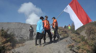 Merah Putih Raksasa Berkibar di Puncak Gunung Papua