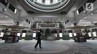 Petugas TNI menyemprotkan cairan disinfektan di Masjid Agung Al Azhar, Jakarta, Rabu (3/6/2020). Penyemprotan tersebut untuk mencegah penyebaran virus corona COVID-19 di rumah ibadah jika nantinya kembali dibuka untuk umum saat pemberlakuan new normal. (Liputan6.com/Johan Tallo)