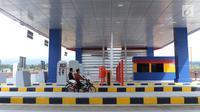Warga menggunakan motor melintasi gerbang tol Cigombong I, Kab Bogor, Jabar, usai diresmikan, Sabtu (1/12). Tol Ciawi-Sukabumi memiliki total panjang 54 Km dibagi menjadi empat seksi, antara lain Seksi I Ciawi-Cigombong. (Liputan6.com/Helmi Fithriansyah)
