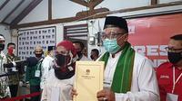 Paslon Pradi-Afifah saat memberikan berkas pendaftaran di kantor KPU Kota Depok, Kecamatan Pancoranmas, beberapa waktu lalu. (Liputan6/Dicky Agung Prihanto)