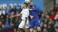 Pemain Chelsea, Olivier Giroud, tengah berduel memperebutkan bola dengan pemain Swansea City, Kyle Naughton, pada lanjutan Premier League, Minggu (29/4/2018) dini hari WIB. (David Davies/PA via AP)