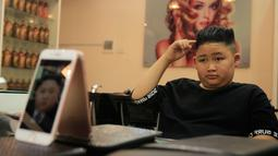 To Gia Huy setelah rambut dipangkas dengan gaya pemimpin Korea Utara Kim Jong-un di Hanoi, 19 Februari 2019. Salon di Vietnam menawarkan cukur gratis mode rambut Trump dan Kim jelang pertemuan keduanya pada 27-28 Februari mendatang. (AP/Hau Dinh)