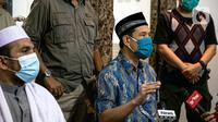 Sekretaris Umum FPI Munarman (kanan) memberikan keterangan terkait aksi penyerangan terhadap polisi oleh Laskar FPI di Petamburan III, Jakarta, Senin (7/12/2020). Polisi menembak mati enam orang yang mengawal rombongan Rizieq Shihab. (Liputan6.com/Faizal Fanani)