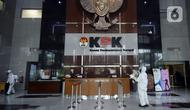 Petugas kesehatan melakukan peyemprotan disinfektan di bagian dalam Gedung KPK, Jakarta, Rabu (18/3/2020). Penyemprotan dilakukan untuk mencegah penyebaran virus corona COVID-19. (merdeka.com/Dwi Narwoko)