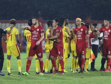 Salam Siku Akhiri Duel Keras Bhayangkara FC dan Persija
