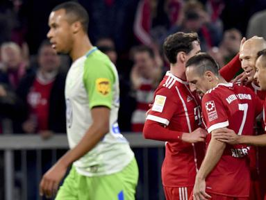 Para pemain Bayern Munchen merayakan gol yang dicetak oleh Arjen Robben ke gawang VfL Wolfsburg pada laga Bundesliga, di Stadion Allianz, Kamis (22/9/2017). Bayern Munchen ditahan imbang 2-2 oleh VfL Wolfsburg. (AP/Peter Kneffel)