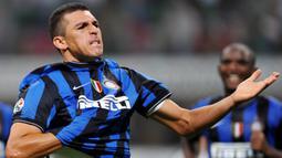 2. Lucio - Pemain berusia 42 tahun ini mengumumkan pengunduran dirinya sebagai pesepak bola profesional pada 29 Januari 2020. Lucio merupakan bagian dari skuat Inter Milan saat memenangkan treble di bawah asuhan Jose Mourinho pada 2010. (AFP/Guiseppe Cacace)