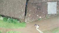 Aksi pemuda Batang melakukan swafoto dengan tongsis sepanjang 20 meter. (Liputan6.com/Facebook Bobby Andre Madridista'fans)