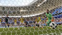 Kiper Kolombia, David Ospina hanya bisa melihat bola sundulan Yuya Osako yang masuk ke gawangnya pada laga grup H Piala Dunia 2018 di Mordavia Arena, Saransk, Rusia, (19/6/2018). Jepang menang 2-1. (AP/Natacha Pisarenko)