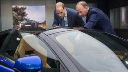 Pangeran William didampingi CEO McLaren Automative, Mike Flewitt melihat mobil McLaren 720S saat berkunjung ke McLaren Automotive Production Center di Woking (12/9). (AFP Photo/Pool/Chris J Ratcliffe)