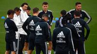 Pelatih sementara Real Madrid, Santiago Solari berbincang dengan para pemain saat sesi latihan di fasilitas pelatihan Ciudad Real Madrid di Valdebebas, Madrid (30/10). Solari memainkan 208 laga bersama Real Madrid. (AFP Photo/Gabriel Bouys)