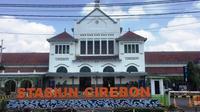 Penampakan Stasiun Kejaksan Cirebon sepi imbas pembatalan perjalan kereta api dan larangan mudik oleh pemerintah. Foto (Liputan6.com / Panji Prayitno